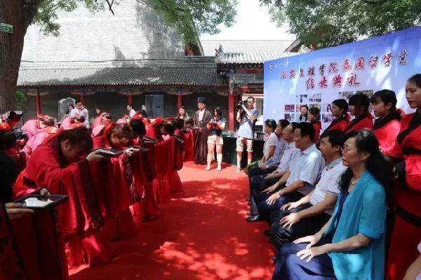学校在书院校区为泰国留学生举办有中华礼仪文化特色的结业典礼